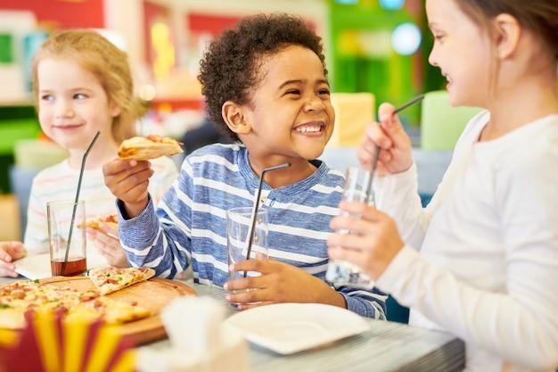 피자 집에서 행복한 아이들