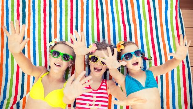 수영장에서 행복한 아이들 재미 있은 아이 야외에서 연주 여름 휴가 개념