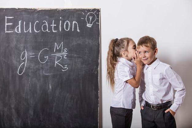 Счастливые дети начальной школы в классе