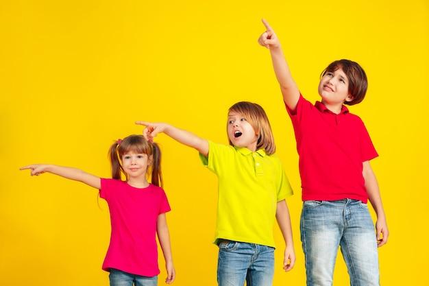 행복한 아이들이 놀고 노란색 벽에 함께 재미