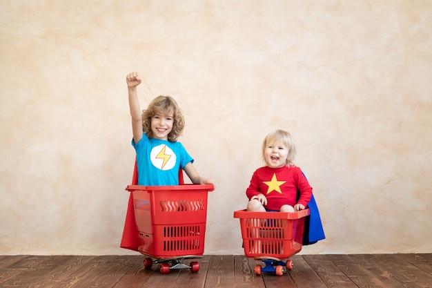 家で遊ぶ幸せな子供たち