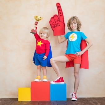 Счастливые дети, играющие дома