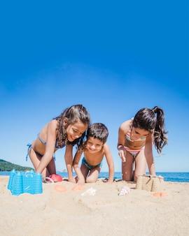 Bambini felici che giocano sulla spiaggia