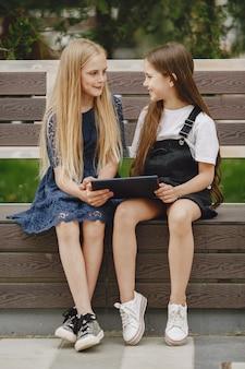 一緒に座って幸せな子供たちの笑顔と笑顔
