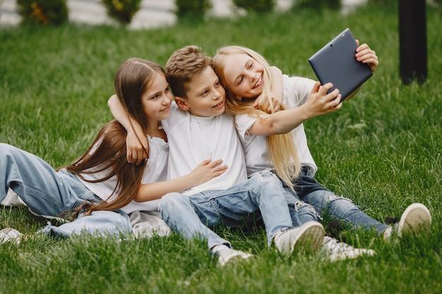 함께 앉아 행복한 아이들과 미소