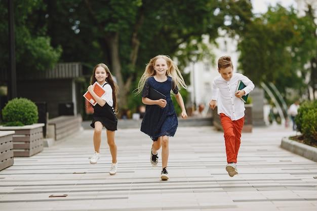 Счастливые дети проводят время вместе, близко и улыбаются
