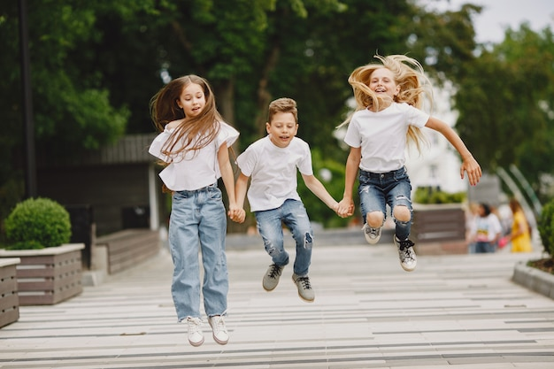 Счастливые дети проводят время вместе в летнем городе