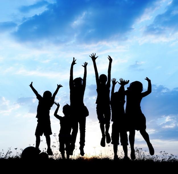 함께 물이 튀는 행복한 아이들