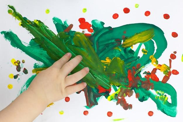 Счастливые дети. вид сверху творческое фото маленького мальчика и девочки на коричневом деревянном полу.
