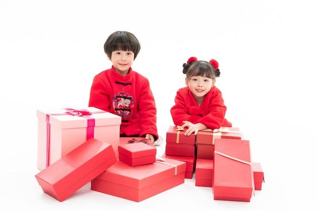 クリスマスプレゼントで幸せな子供たち