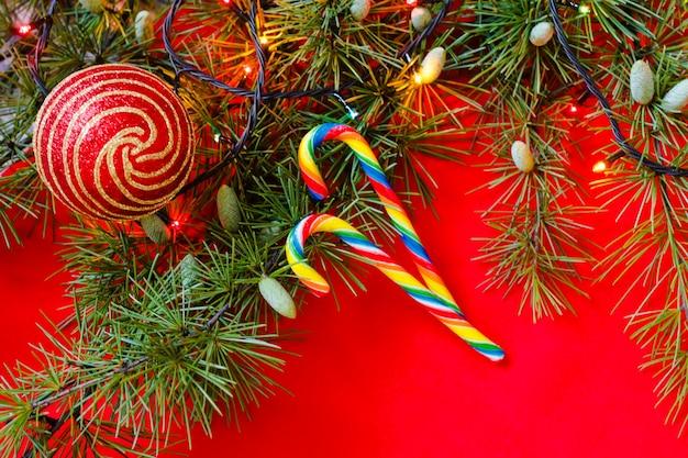 С рождеством и новым годом украшение с карамельными тростями