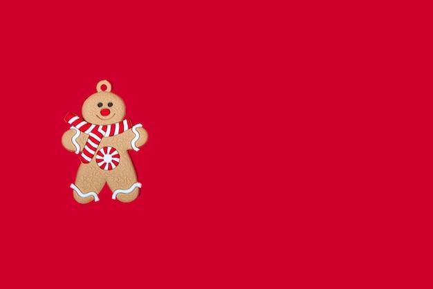 빨간색 배경 배너에 크리스마스 트리에 해피 크리스마스 진저 브레드 남자 장난감. 기쁜 성 탄과 새 해 개념