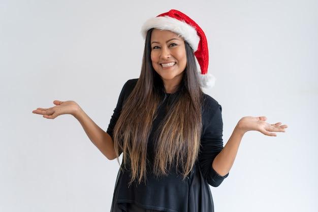 ハッピークリスマスの女性の手を広げる