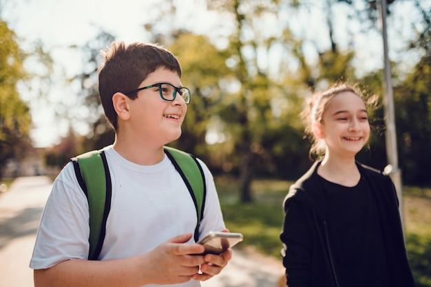 Счастливые одноклассники идут в школу