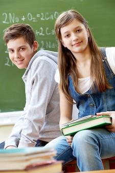 Счастливые одноклассники с доски фоне