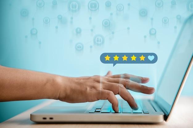 Счастливый клиент, использующий компьютерный ноутбук, чтобы дать оценку обзора