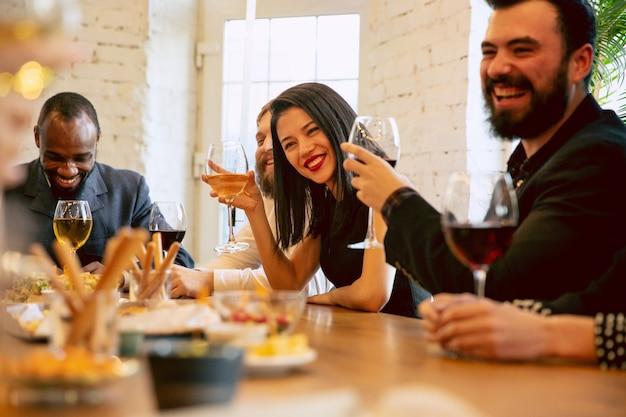 회사 파티 및 기업 행사 중 축하하는 행복한 동료