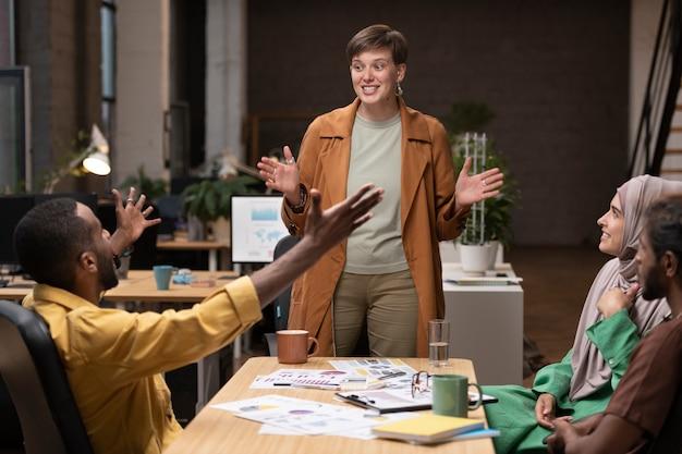 Счастливые коллеги на встрече крупным планом