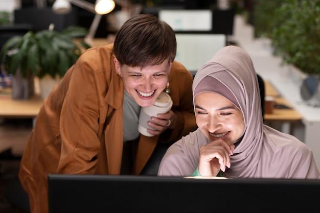 Счастливые коллеги, работающие вместе, средний план