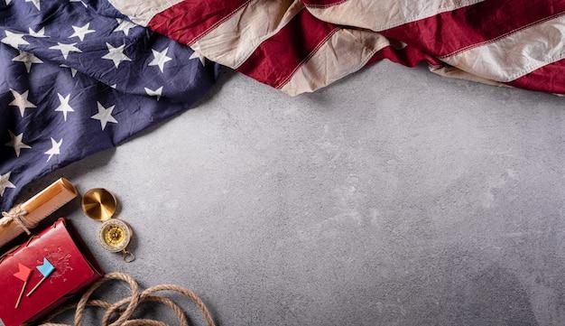 해피 콜럼버스 데이 개념 빈티지 미국 국기 나침반 종이 보트 밧줄에 어두운 돌