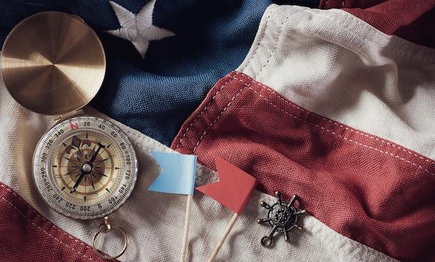 ハッピーコロンブスデーのコンセプト。コンパスとヴィンテージのアメリカ国旗