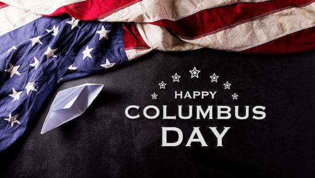 해피 콜럼버스 데이 개념 텍스트와 종이 보트와 빈티지 미국 국기