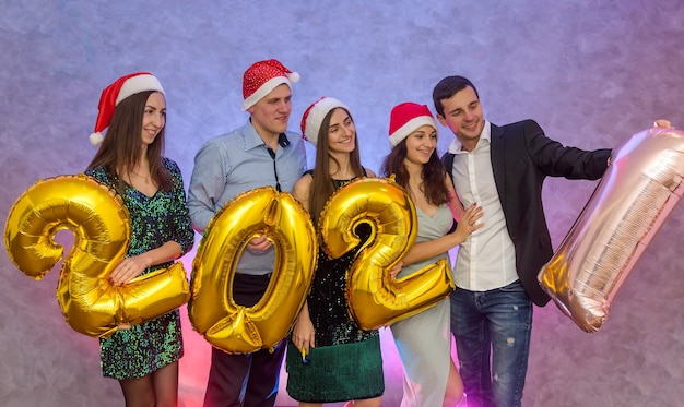 新年のお祝いで気球2021を保持している友人の幸せな会社