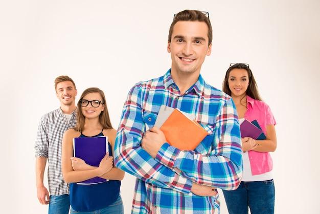 책과 자료를 들고 학생의 행복 확신 그룹