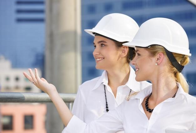 Счастливые подрядчики перед строительной площадкой