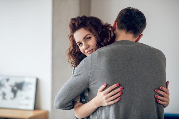 Счастливая пара. мужчина и женщина обнимают друг друга и чувствуют себя потрясающе