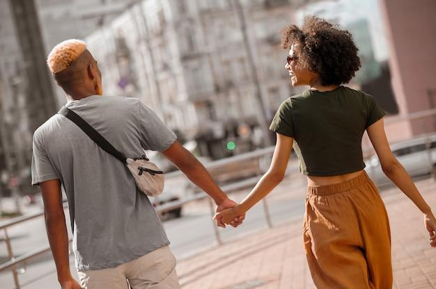 행복한 커플. 낭만적으로 보이는 거리의 남자와 여자
