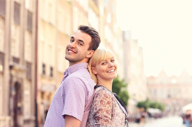 폴란드 그단스크 올드 타운의 건축물을 감상하는 행복한 커플