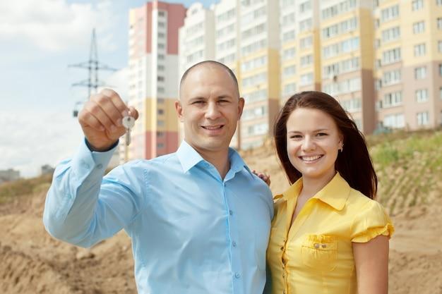 Счастливая пара против строительства нового дома