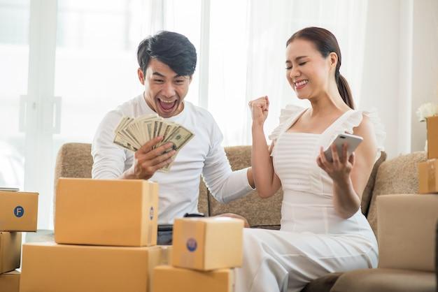 온라인 비즈니스, 온라인 마케팅 및 프리랜서 직업과 집 사무실에서 행복한 커플