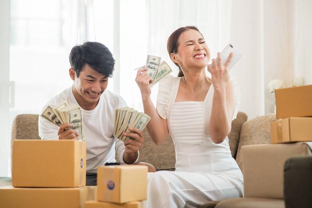Счастливая пара в домашнем офисе с онлайн-бизнесом, маркетинг онлайн и внештатная работа