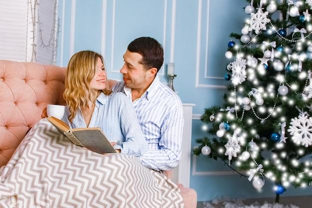 Счастливая пара дома на рождество вместе