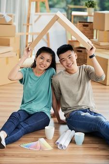 自宅で幸せなカップル