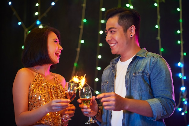 Счастливая пара на вечеринке