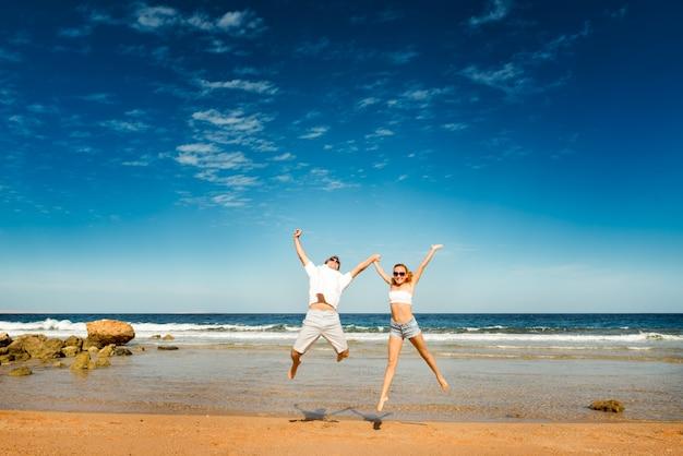 ビーチで幸せなカップル