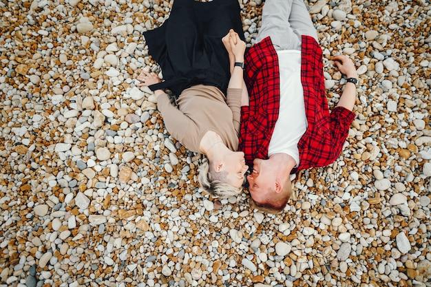 Coppia felice su una spiaggia