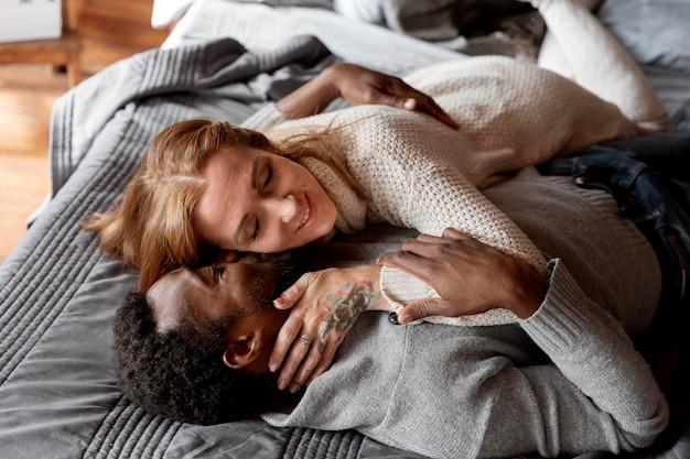 Coppia felice a letto inquadratura media