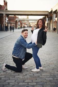 행복 한 부부는 임신을 기념