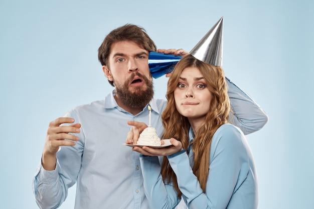 紙吹雪とケーキで誕生日を祝う幸せなカップル