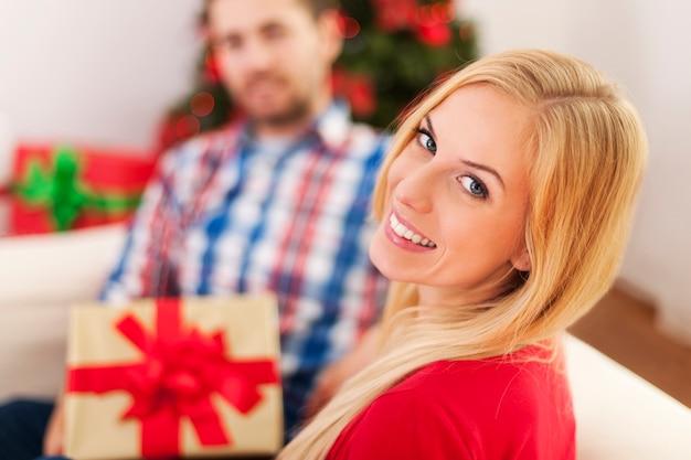 Счастливая пара празднует рождество