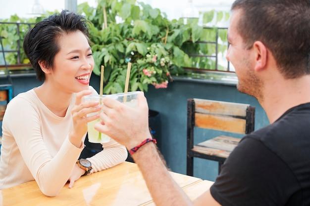 Счастливая пара празднует в кафе