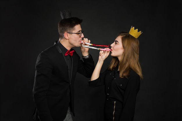 彼らの誕生日を祝う幸せなカップル。