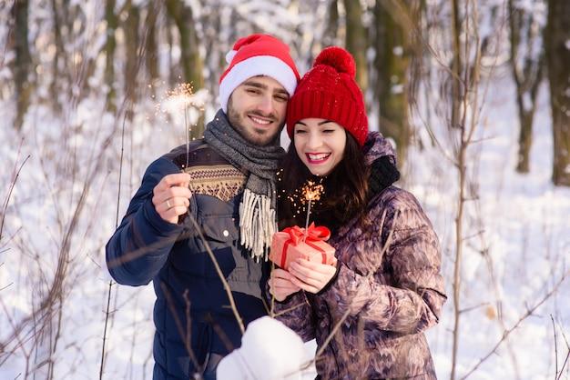 冬の森で幸せなカップルのセレブライト