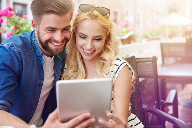 Coppie felici che controllano menu al tablet
