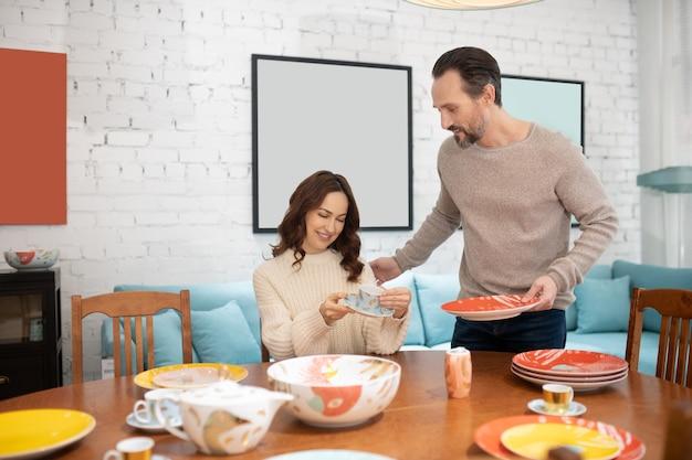 그들의 부엌을위한 접시를 선택하는 행복 한 커플