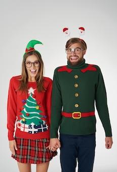 Coppia felice nel periodo natalizio